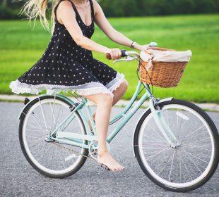 Femme se balade à vélo