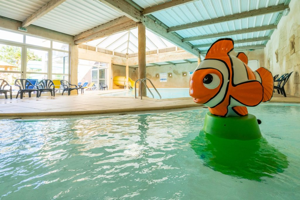 Bassin intérieur du camping en Vendée avec parc aquatique